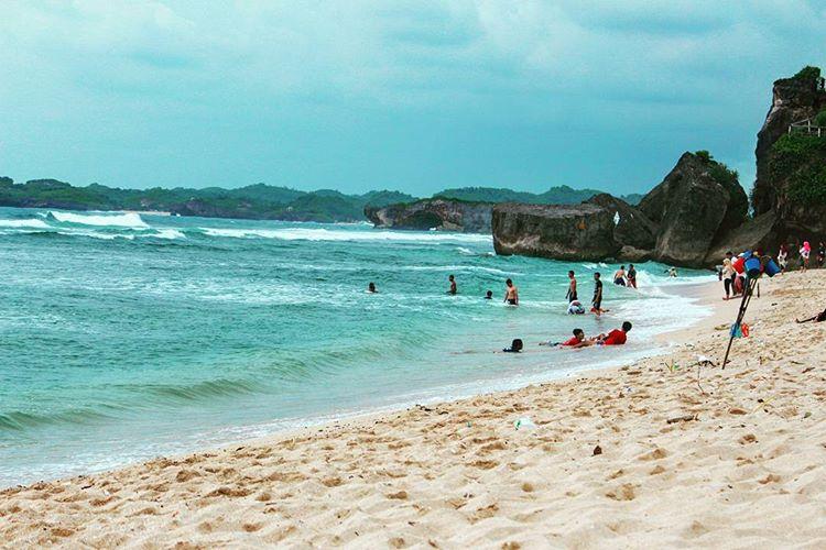 Pantai indrayanti wonosari - pentingnya berlibur bareng keluarga - sumber ig rayhanfasya23