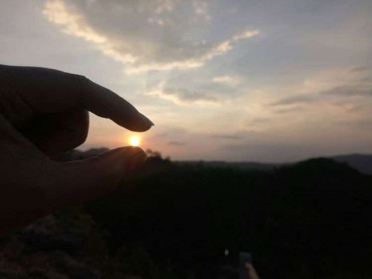 Sunrise di geo wisata Watu Payung Gunung Kidul, sumber ig @thinchawatson