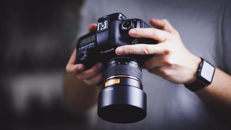 Kamera, salah satu pelengkap kebutuhan study tour, sumber unsplash @wbayreuther